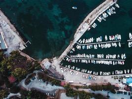 Flygfoto över en båtbrygga foto