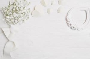 mockup bakgrund med blommor och papper hjärtan foto