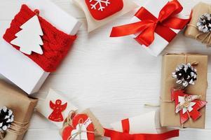 jullådor dekorerade med röda bågar foto