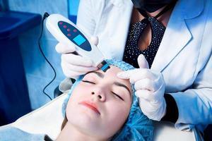 kvinna som får en ansiktsbehandling foto