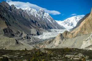 passu glaciär omgiven av snöklädda berg
