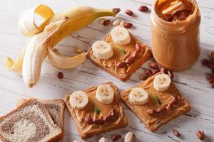 smörgåsar för barn med horisontell toppvy för jordnötssmör foto