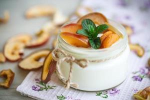 hem söt yoghurt med torkad frukt foto