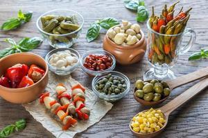 inlagda grönsaker på träbakgrunden foto