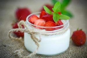 söt läcker yoghurt med färska jordgubbar foto
