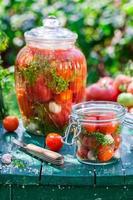 förberedelse för inlagda tomater i burken foto