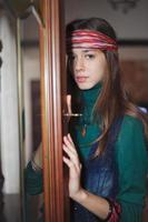 vacker ung tonårsflicka hippie tittar på kameran