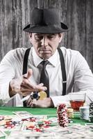 spelar poker. foto