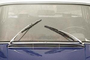 fönster med torkar av veteranbil foto