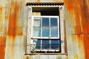 fönster i ett gammalt rostigt hus i Valparaíso