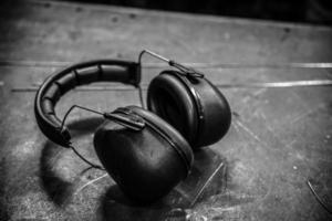 säkerhetsmask och hörlurar foto