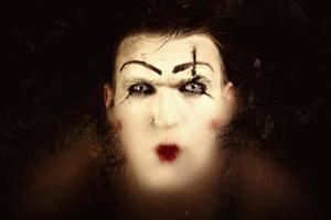 porträtt av en fruktansvärd mime med blå ögon foto