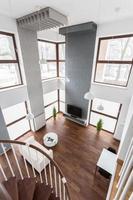 utsikt över vardagsrummet från trappan foto