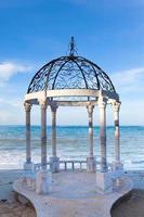 paviljong med utsikt över havet foto