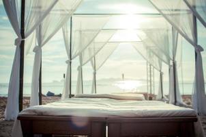 säng på stranden pastell foto
