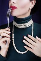 vacker kvinna som smakar livet ... foto