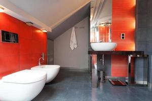 rött och grått badrum foto
