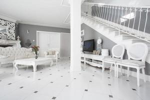 designade möbler i klassisk interiör foto