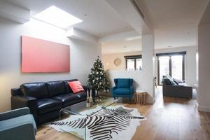 öppen planlösning vardagsrum i modernt hem foto