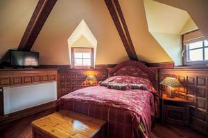 snygg säng i antikt sovrum foto