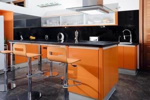 modernt kök i orange foto