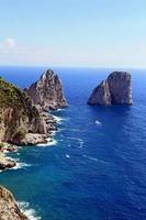 underbara landskap med berömda faraglioni klippor på ön capri, Italien. foto
