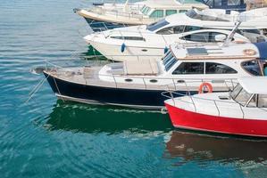 båtar och yachter i hamnen foto