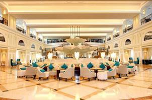 upplyst lobbyinteriör i ett lyxigt hotell foto