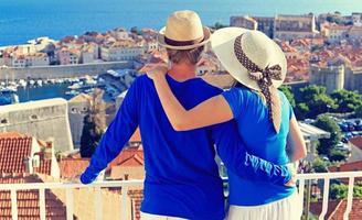lyckliga par på sommarsemester i Kroatien foto