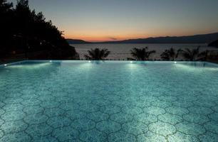 upplyst infinity pool foto
