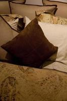 kuddar på sängkläder foto