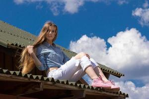 glad cowgirl med långt hår på taket foto