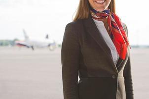 flygvärdinna på flygfältet. plats för din text. foto