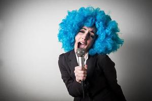 rolig blu peruk vacker ung affärskvinna foto