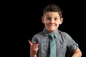 pojke som gör dumt ansikte och fredstecken foto