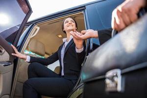 affärskvinna i bilen foto