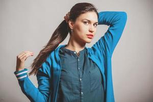 självsäker beauriful ung kvinna foto