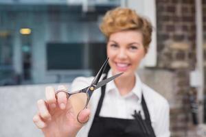 säker frisör som ler mot kameran foto