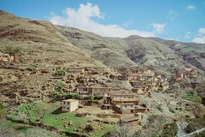 en liten by med gamla platta lera terrassbyggnader foto