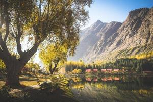 höst scen av morgonen i nedre kachura sjön foto