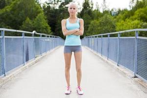 säker ung kvinnlig löpare som har paus efter träningen foto