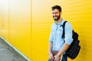 stilig man med ryggsäck på gult foto