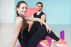 sportiga parvänner atletisk kvinna och manidrottsmän i sport foto