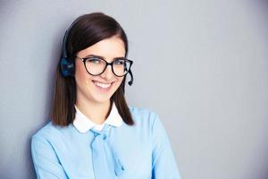 le kvinnlig operatör med telefon headset foto