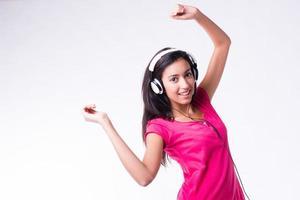 isolerad studio skott vacker glad ung kvinna dansa på musik foto