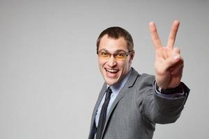 lycklig affärsman som håller tummen upp foto