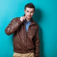 modeporträtt av den unga vackra mannen i studio foto