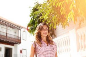ung kvinna som går utomhus under dagen foto