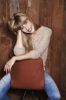 underbar kvinna på stol foto