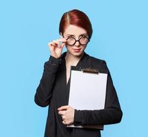 porträtt av förvånade affärskvinnor i glasögon foto